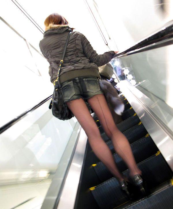 エスカレーターで黒パンスト美女の美脚に興奮!