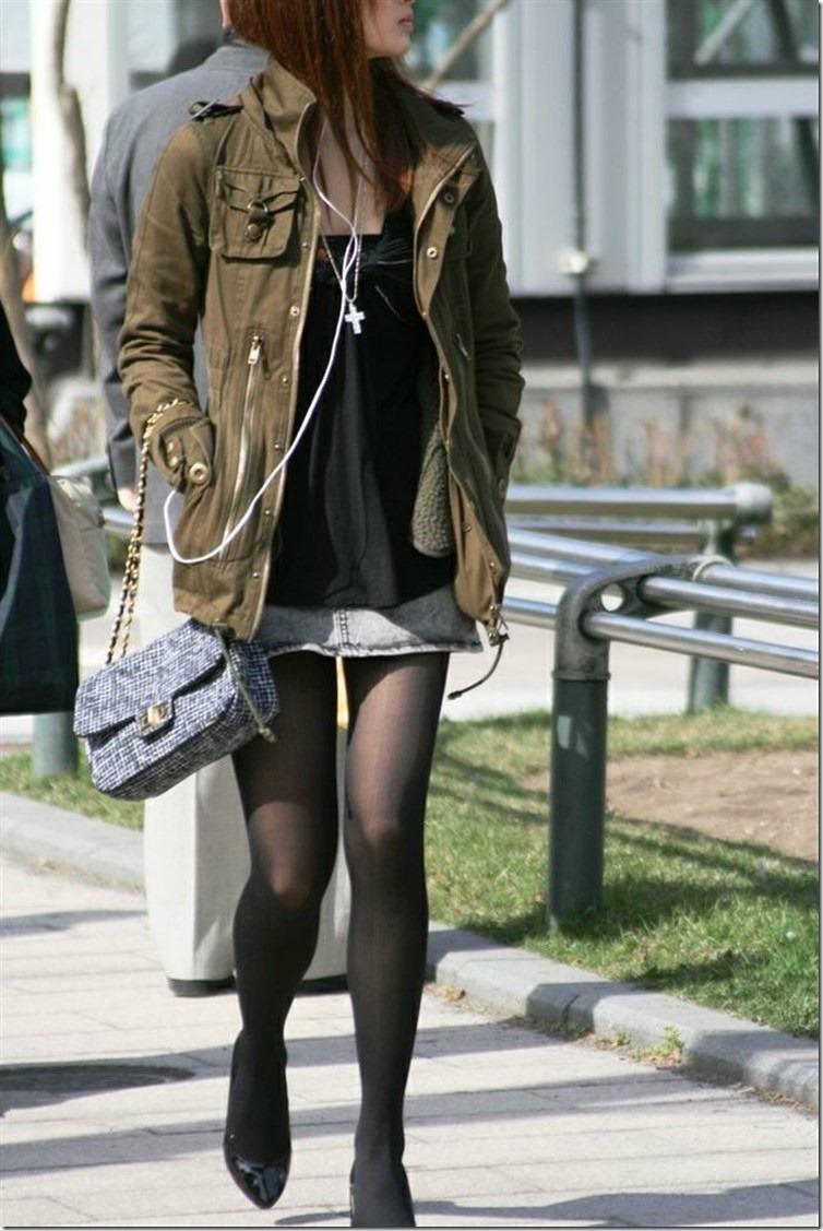 黒パンスト履いたミニスカ美女に見惚れてしまう!