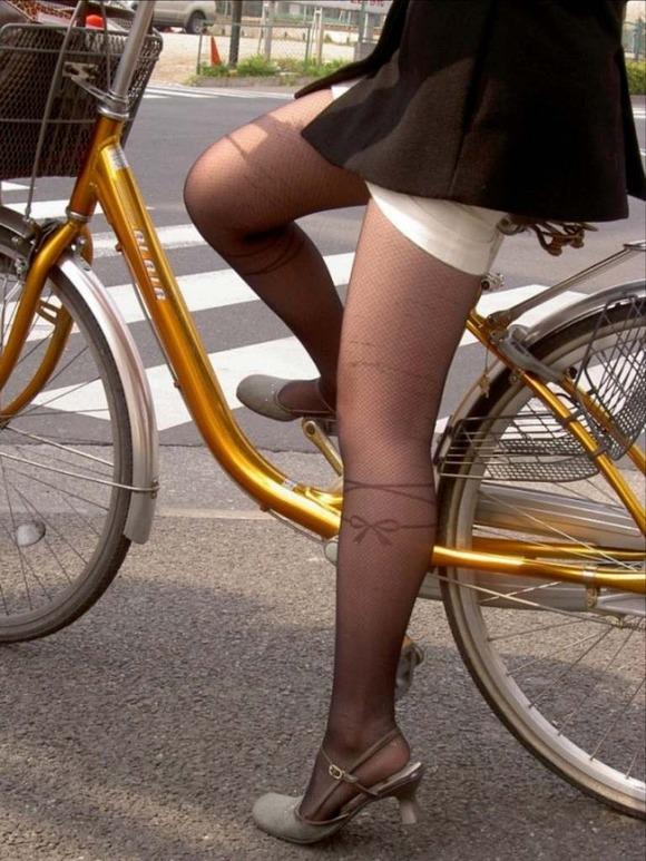 色艶が素敵な黒パンストを履いて自転車乗ってる!
