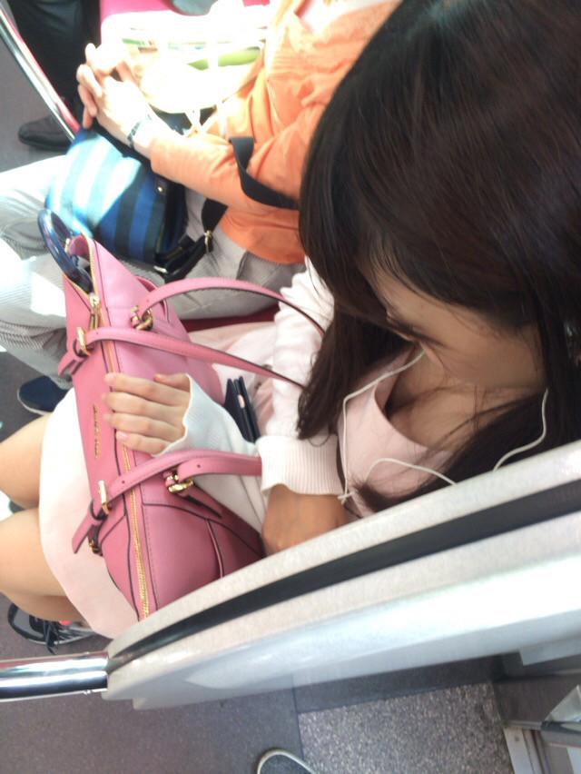 電車で居眠りしてる美人女性の胸チラ盗撮!