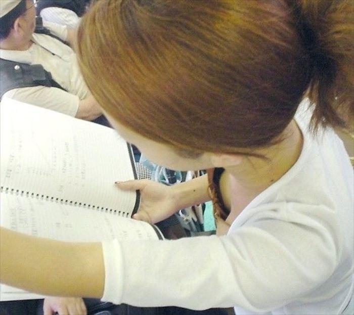 電車の中で勉強してる素人学生の胸チラ!