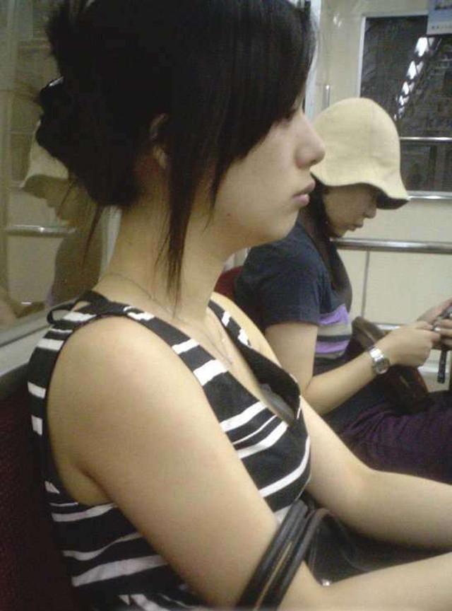 電車でお姉さんの胸チラを見たらムラムラする!