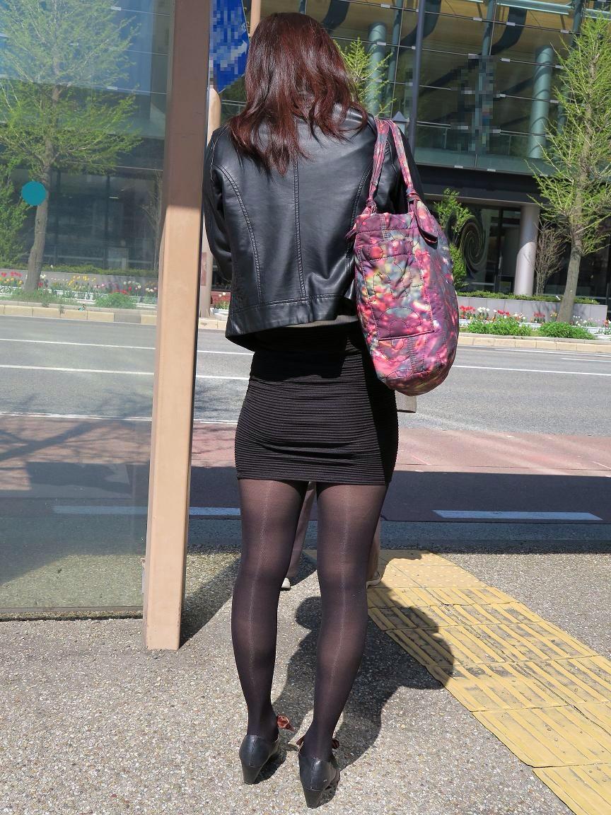 黒パンストお姉さんのスレンダー美脚が堪らん!