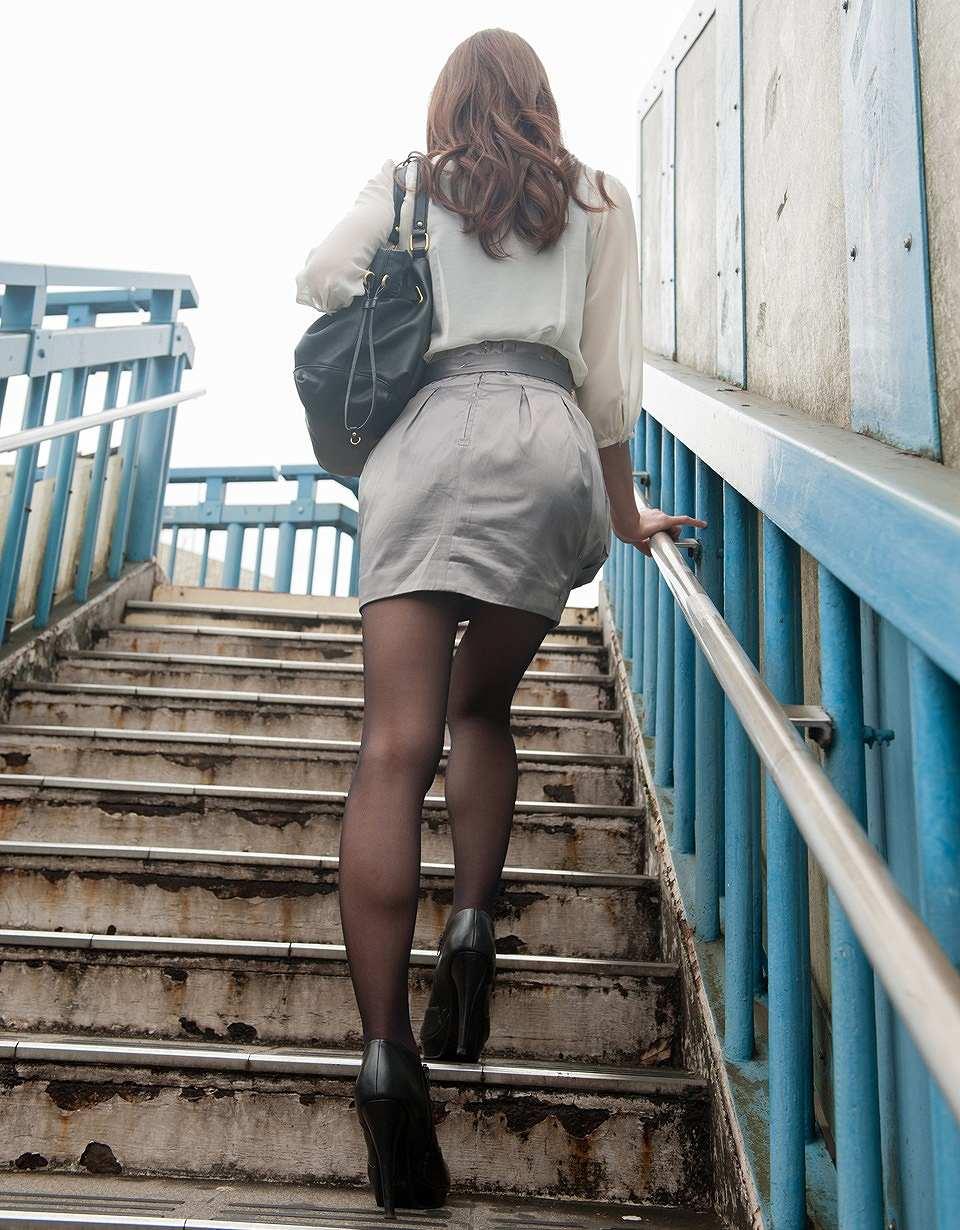 歩道橋の階段で下から働く美女を盗撮してる!