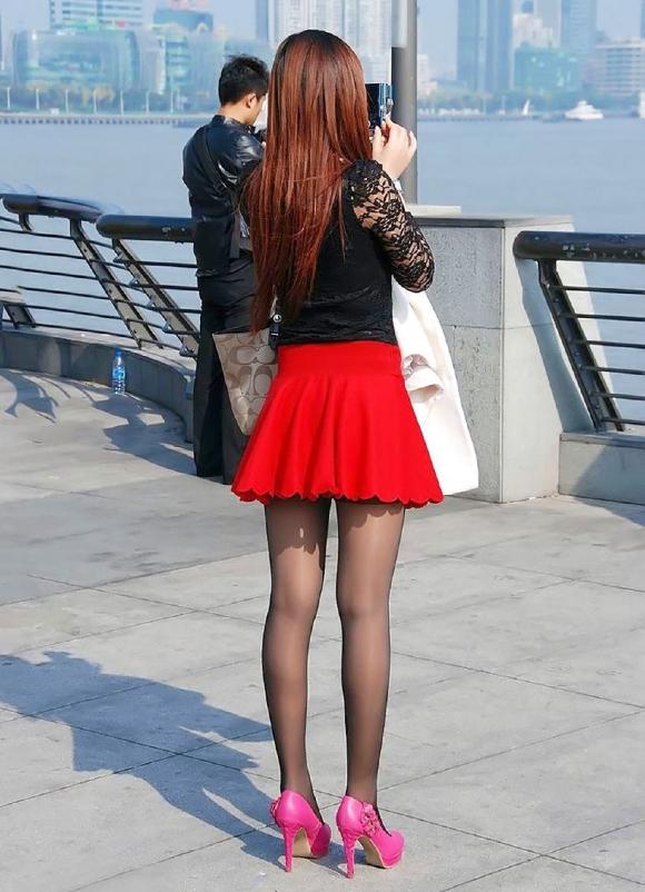 黒パンスト美脚のミニスカ美女をこっそり撮影!