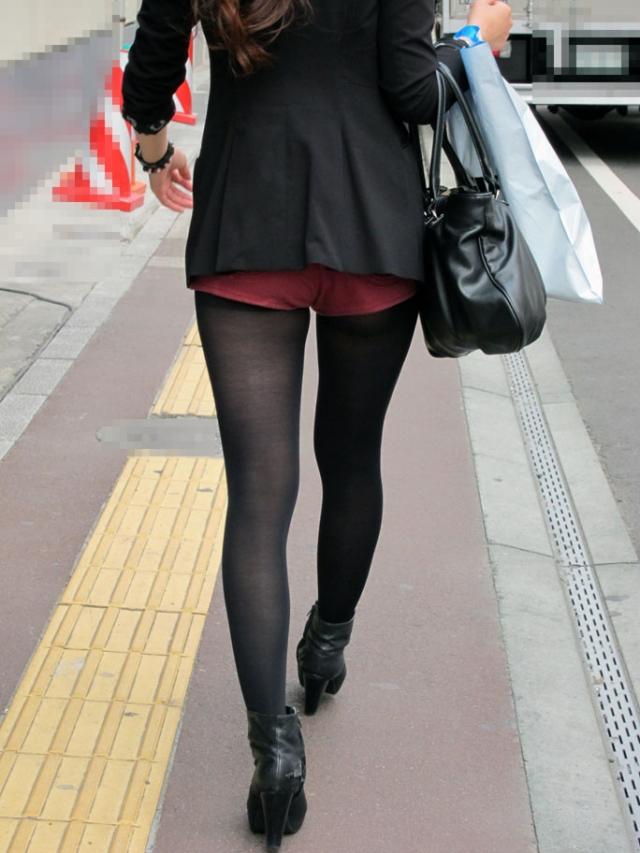 街中で黒パンスト履いたギャルの美脚を凝視!