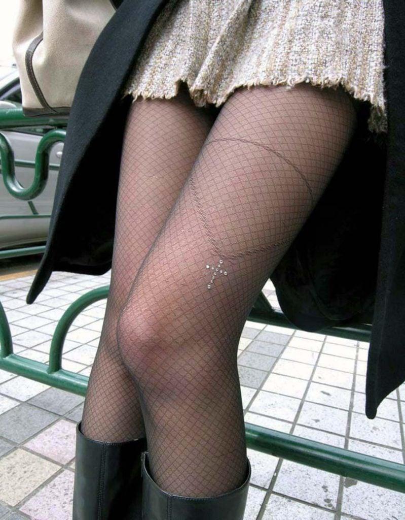 黒ストッキングの肌透ける美脚が堪らない!