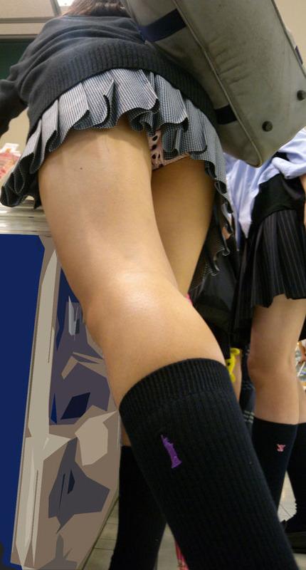 ミニスカ女子校生の水玉パンツを盗撮!