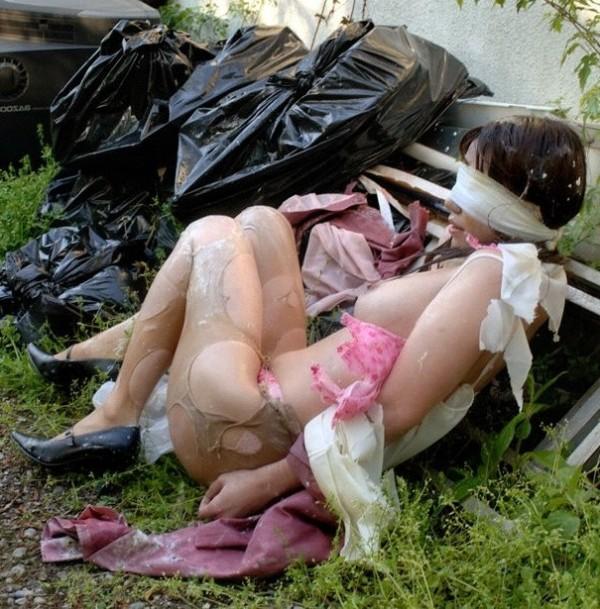レイプ後に目隠しされほぼ全裸で放置される!