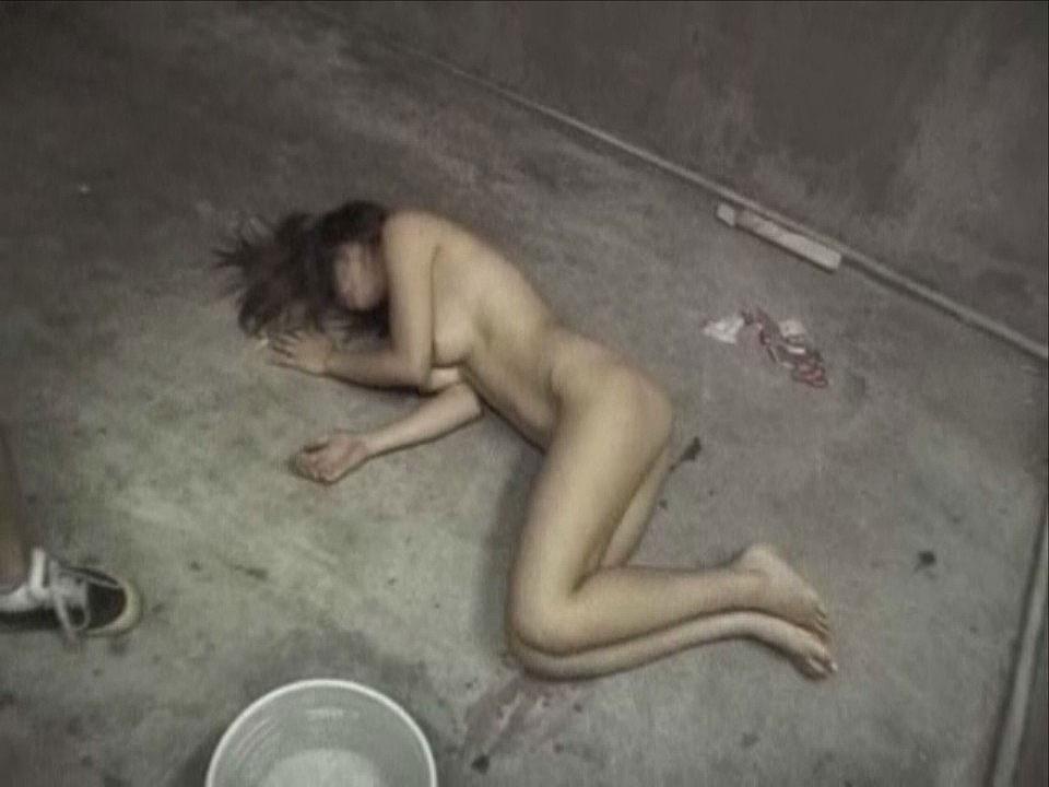 犯されて全裸放置された素人女性の様子!