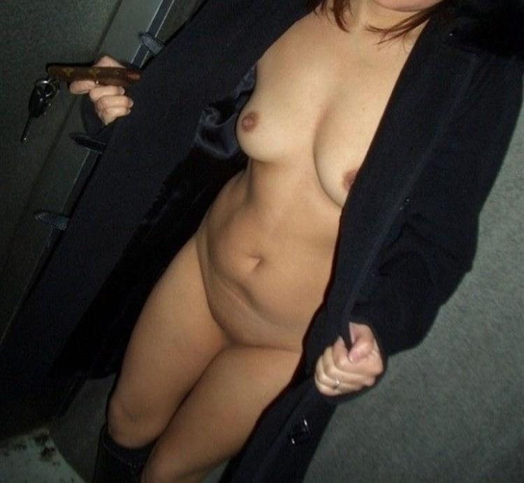 裸にコート着て野外露出を満喫している!