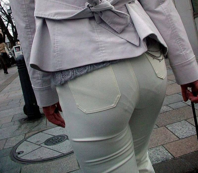 パンティーライン浮きまくりで街中を歩く女性!