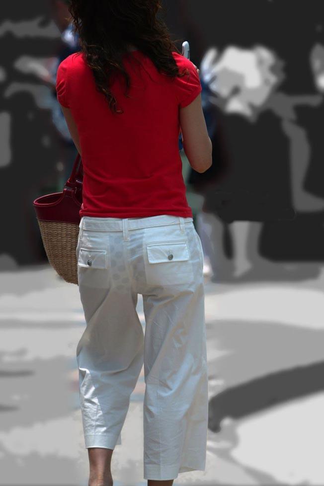 素人女性の水玉柄パンツがモロ透けてる!