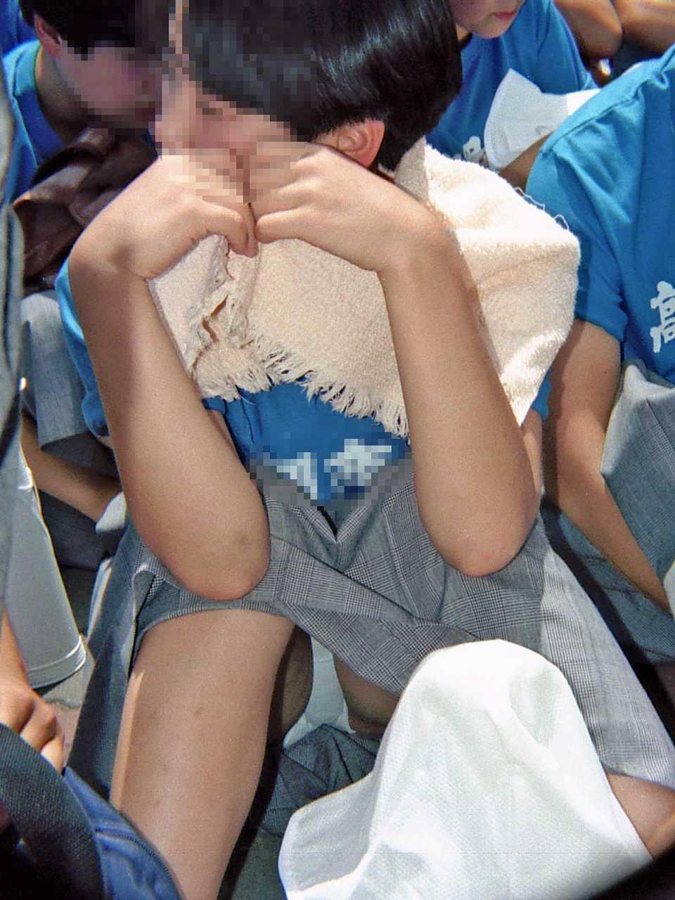 地べたに座る女子校生の下着がイヤらしくて盗撮!