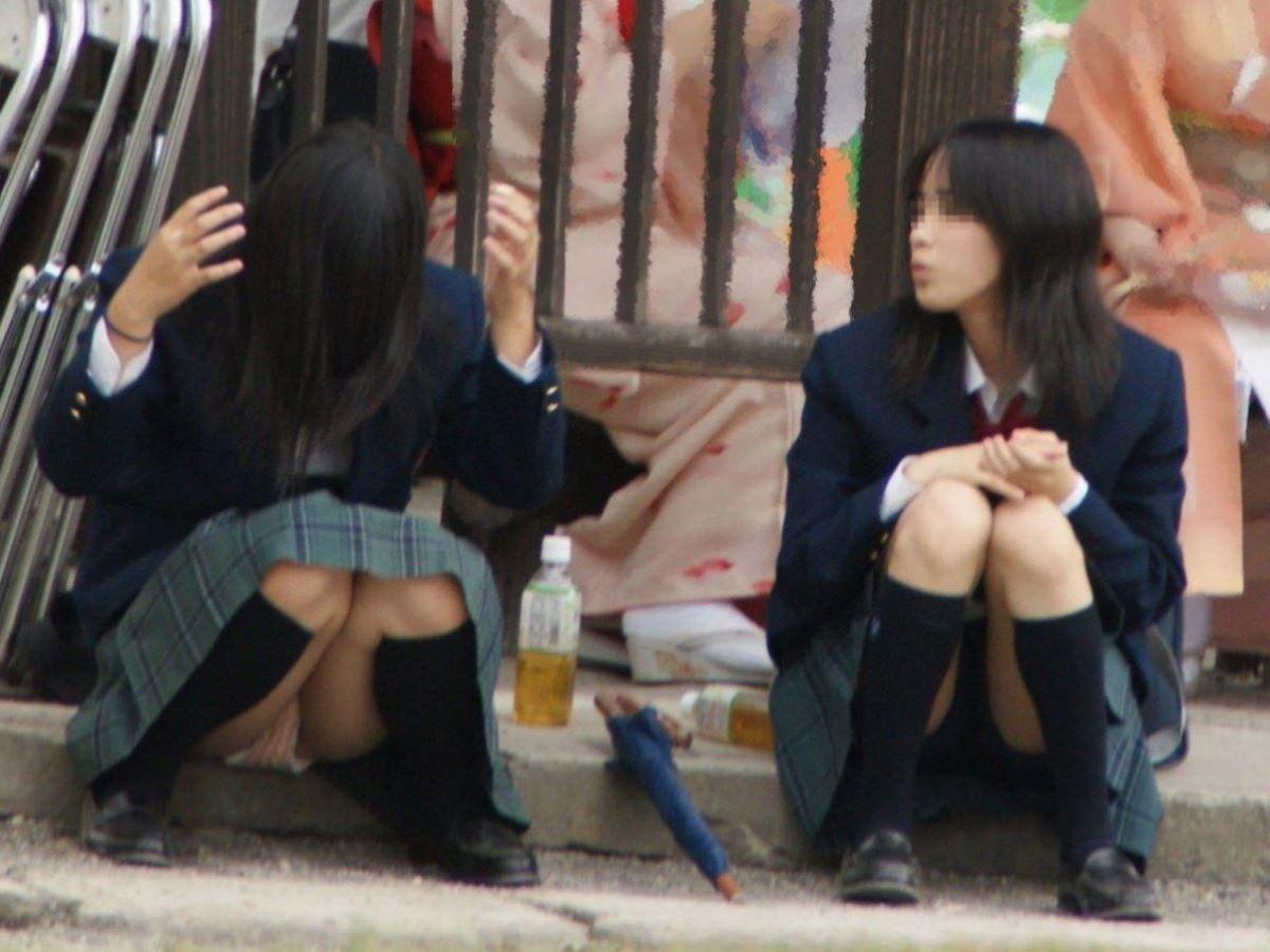 激カワ女子校生のパンティーを正面から覗く!