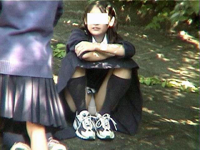 体育座りしてスカート内が丸見えになってる!