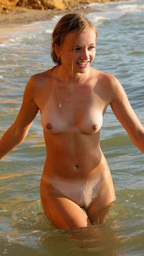 海でおっぱいもマン毛も丸出しの海外女性!