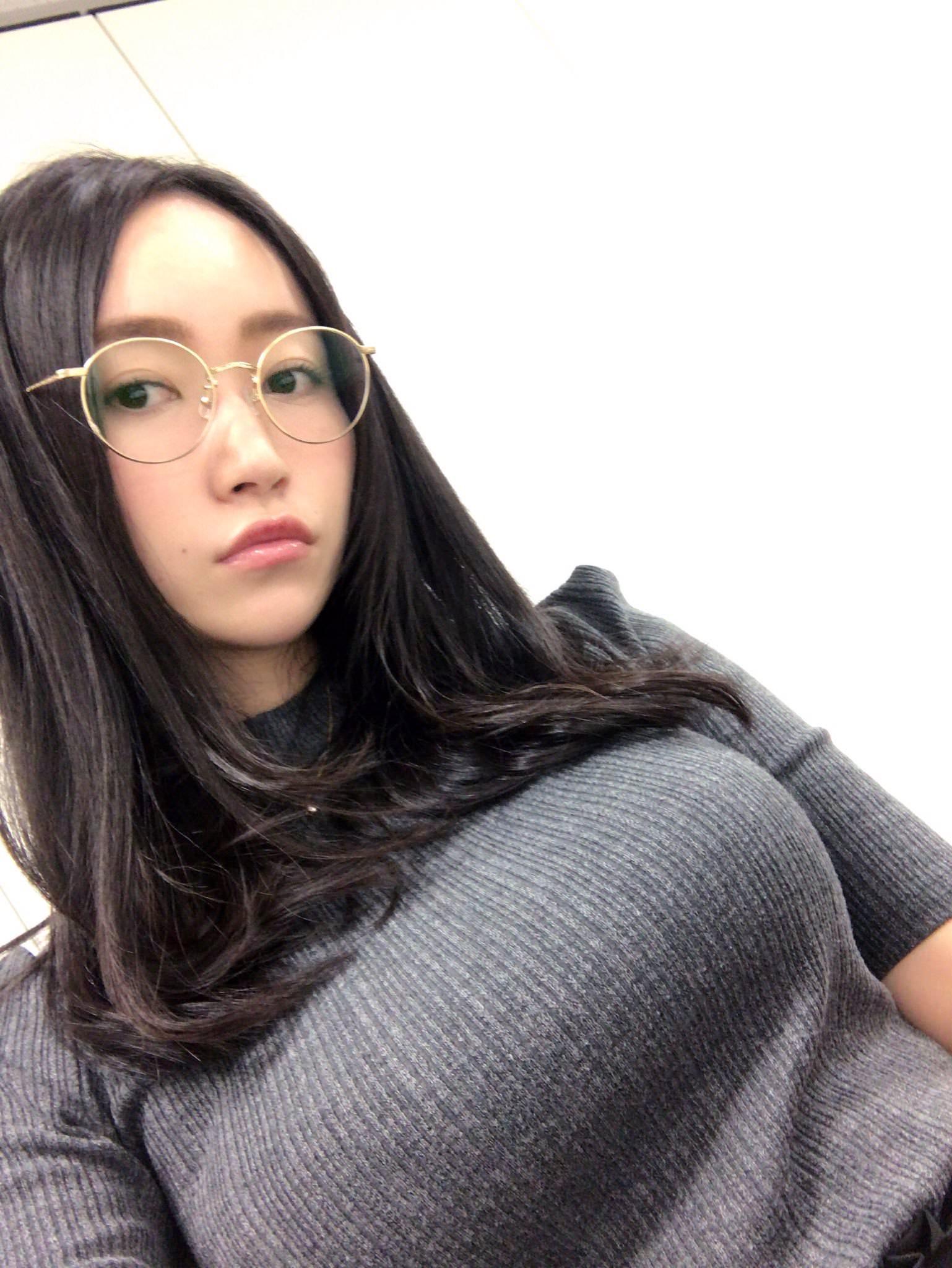 ニット着てるメガネ美女の着衣巨乳!