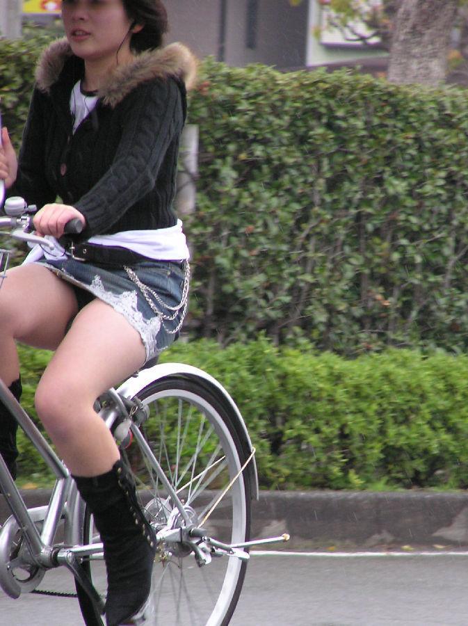 自転車パンチラが当然なミニスカの素人女性!