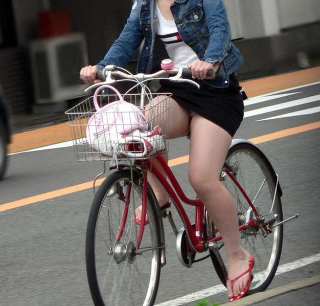 自転車を漕ぐ女性の太ももやパンチラに興奮!
