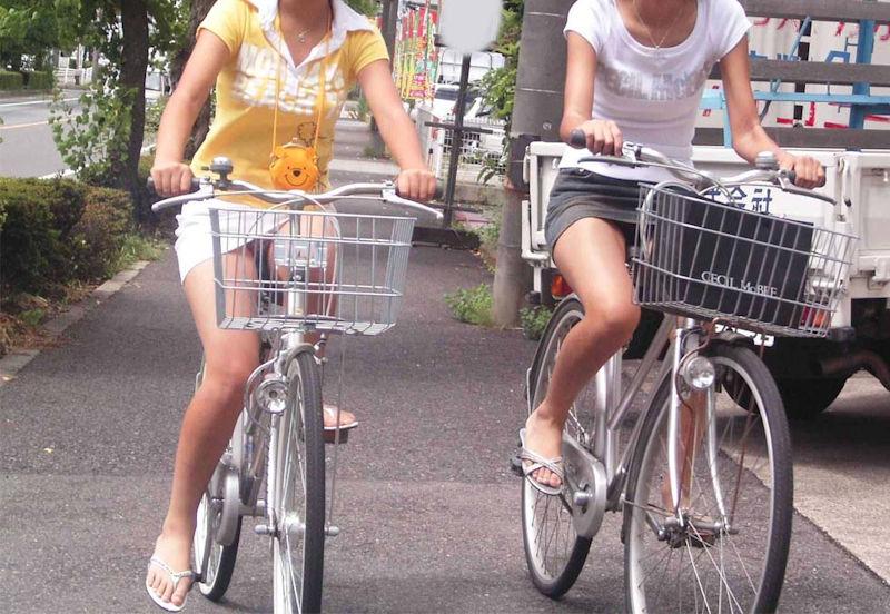 素人女性たちのパンツを同時に盗撮!