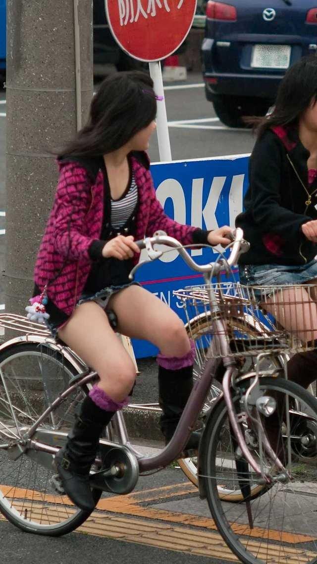 パンチラなんて気にしないで自転車を漕ぐ!