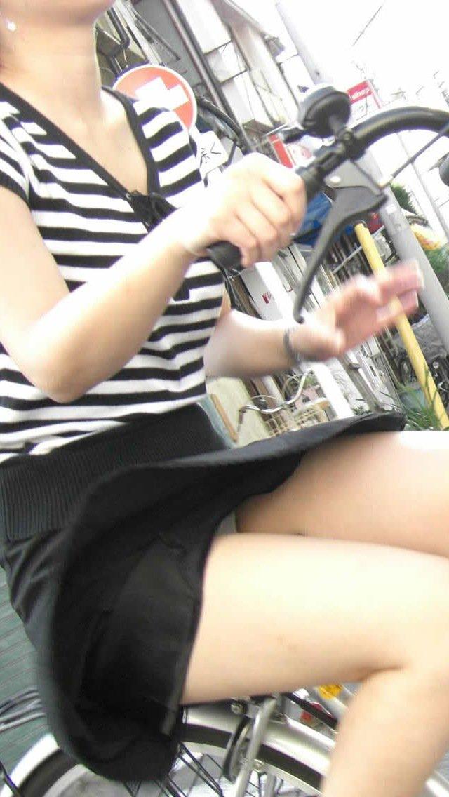スカートがフワッと浮いてパンティーが見える!