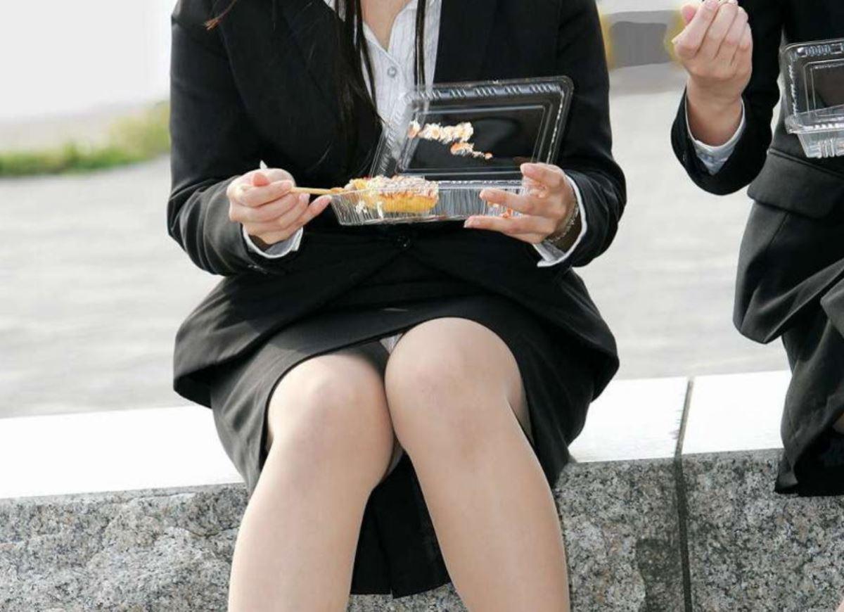 食事中のOLさんのパンチラを激写する!