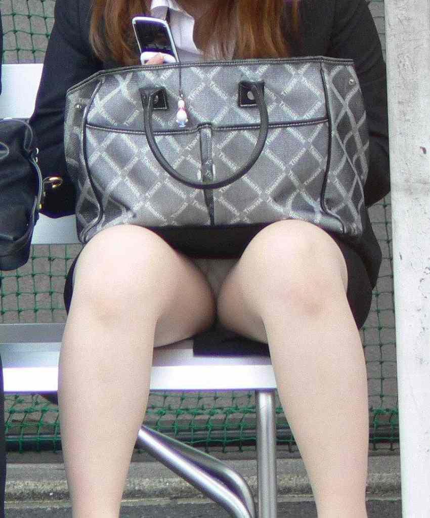 ベンチに座って無防備にパンチラしてる!