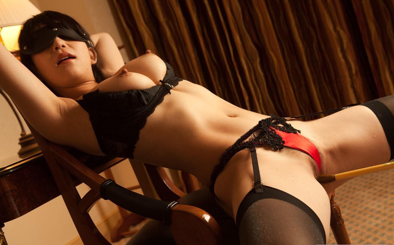 手を拘束された女性の股間と巨乳に釘付け!