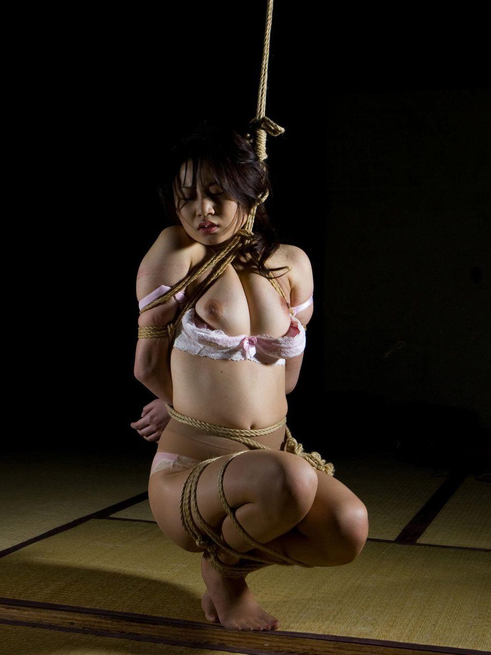 ロープで緊縛される美乳美女は身動きできない!
