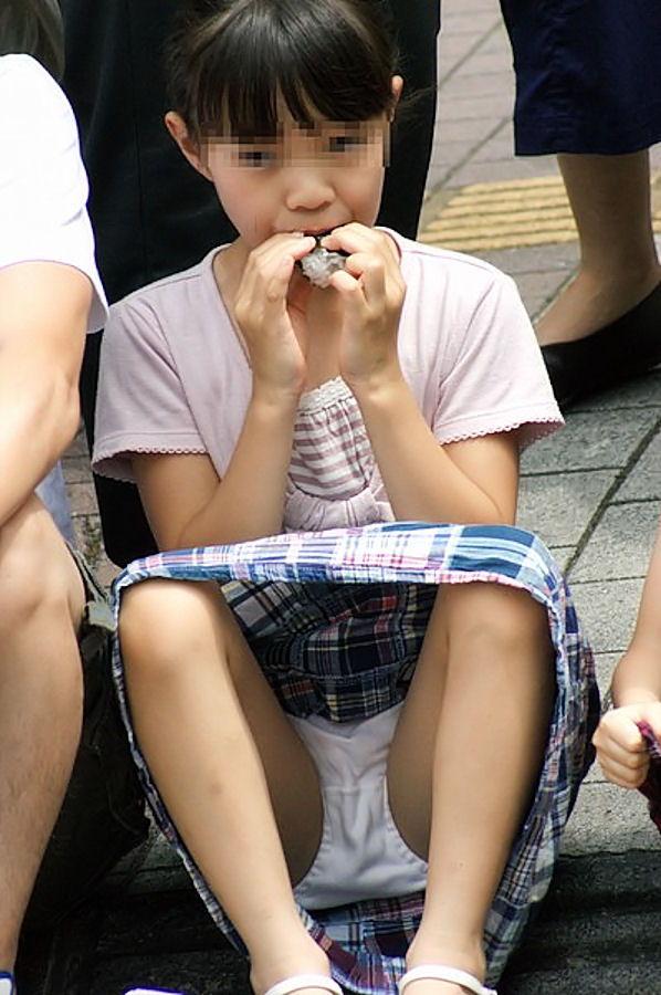 ロリ少女の純白パンツが丸見えでガン見!