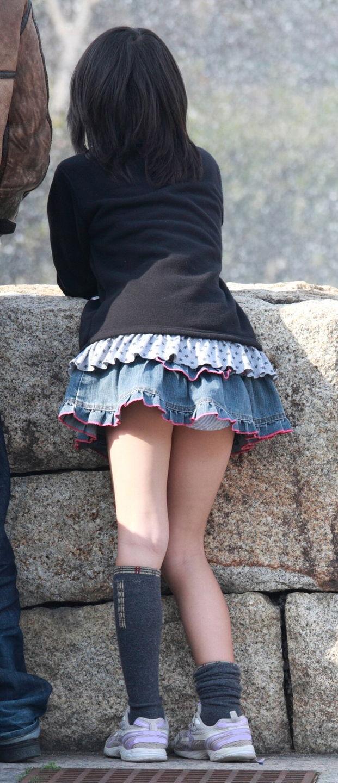 美少女のチラッと見える下着を凝視!