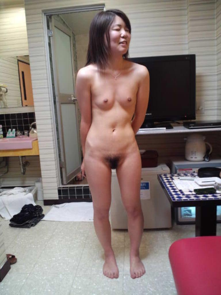 スレンダー人妻の貧乳全裸ヌードが抜ける!