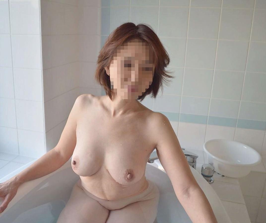 湯船に浸かる美白巨乳熟女の体がイヤらしい!