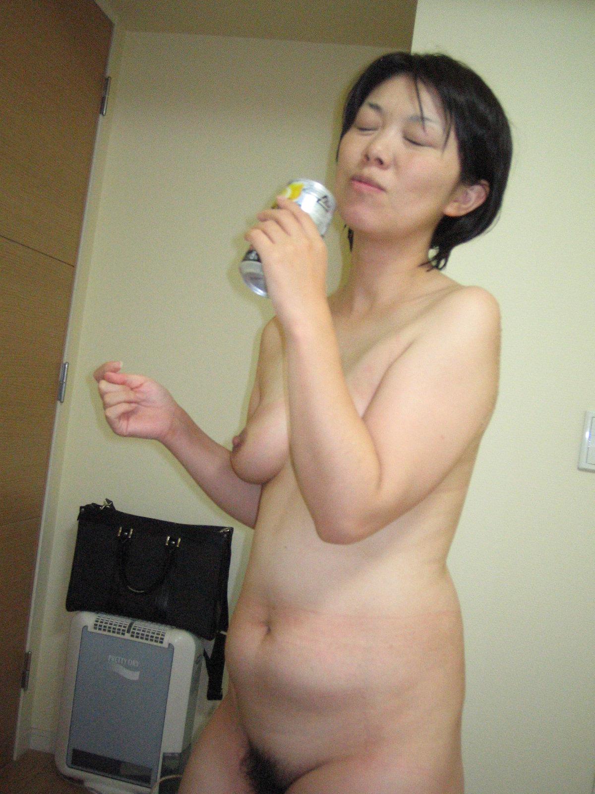 素っ裸でお酒を飲んでる人妻さん!