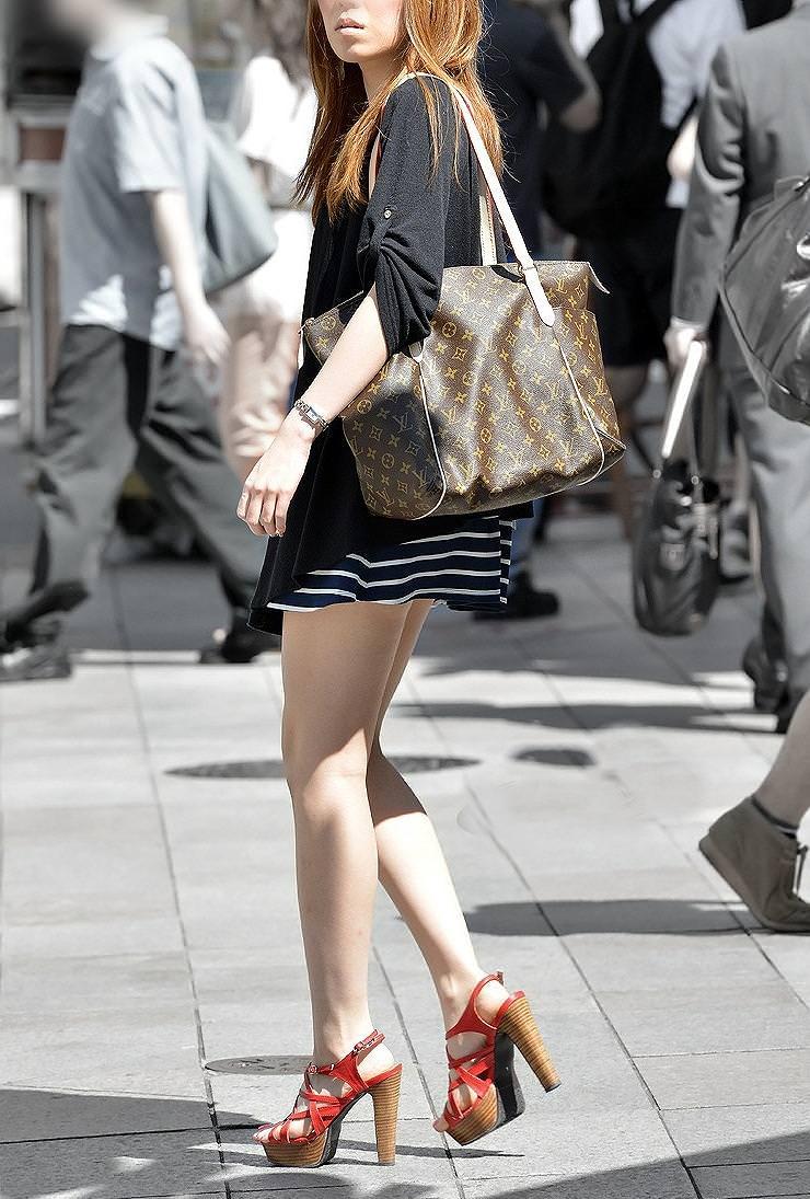 街撮りした激カワ美女のスラッとした美脚!