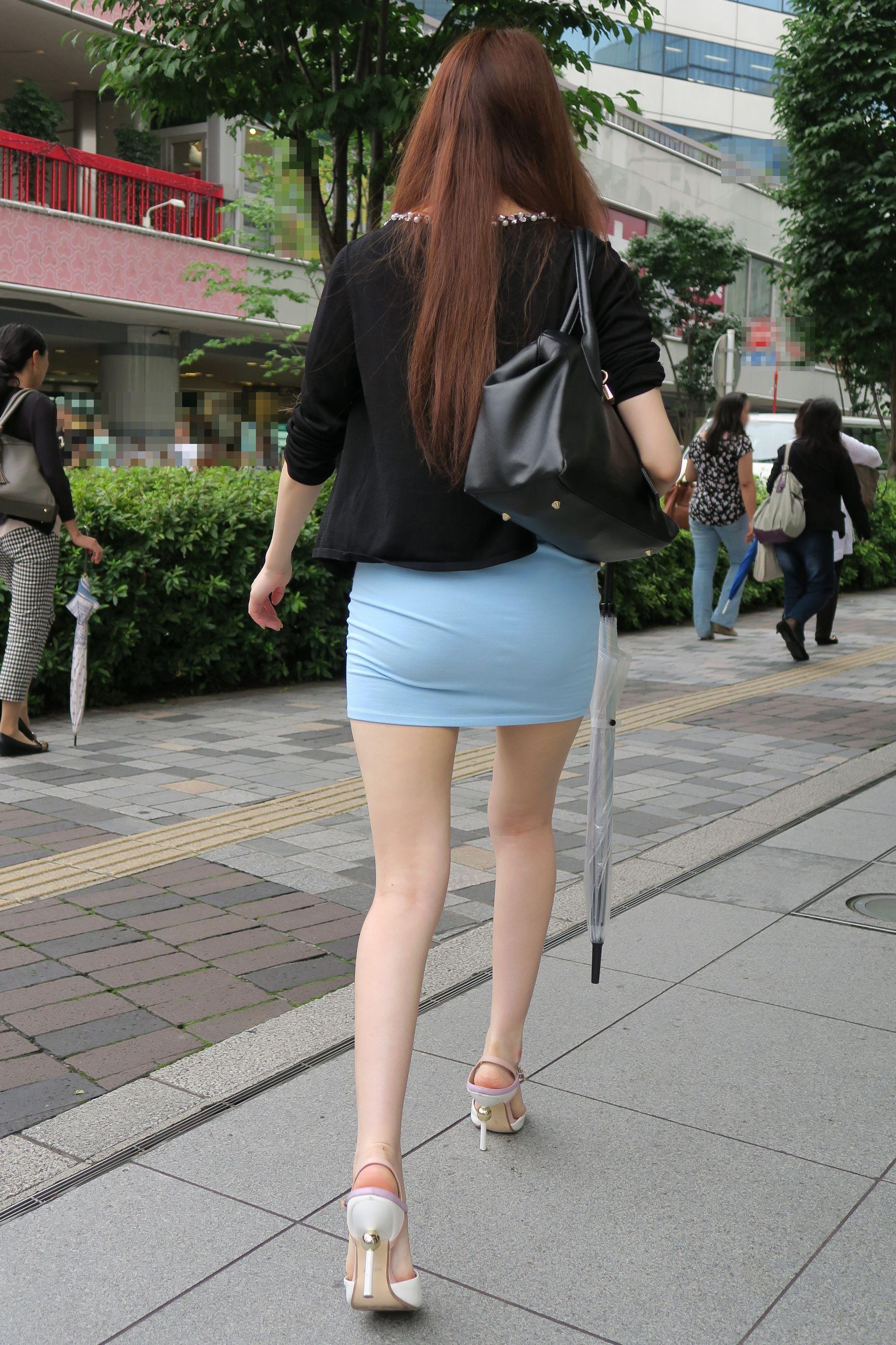 短いスカートから覗く生足がエロすぎる!