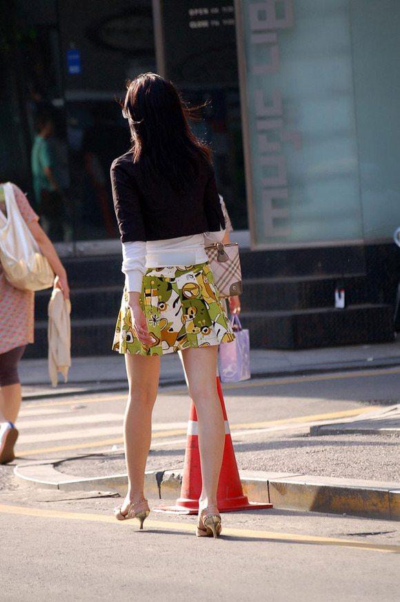 街で完全に目を惹いてるお姉さんの美脚!