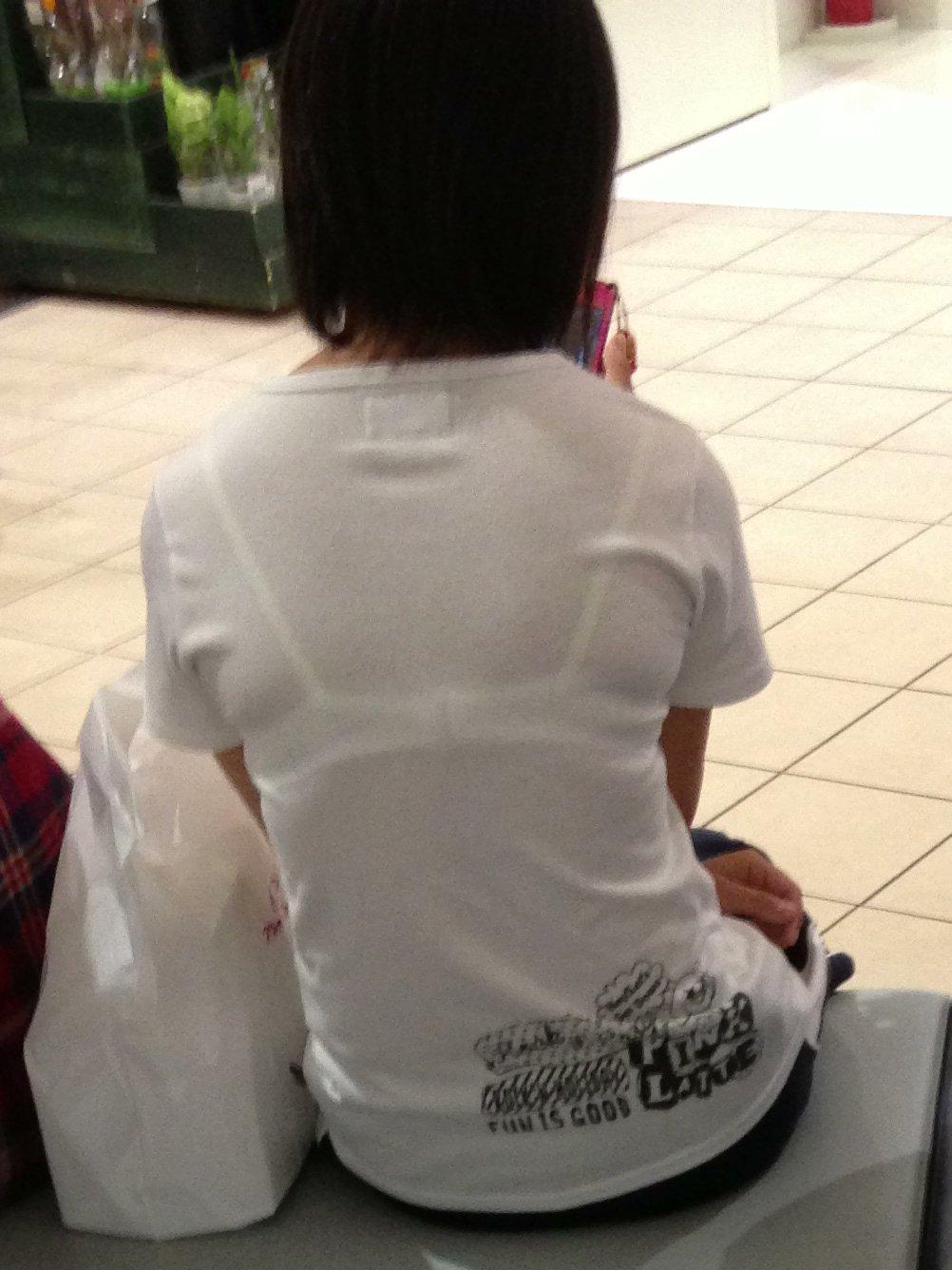 下着が透けてる女性の背後からガン見!