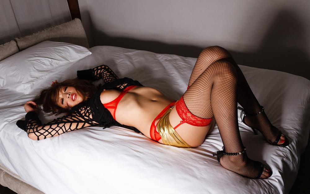 ベッドに横たわる美女の大人の色気が半端ない!
