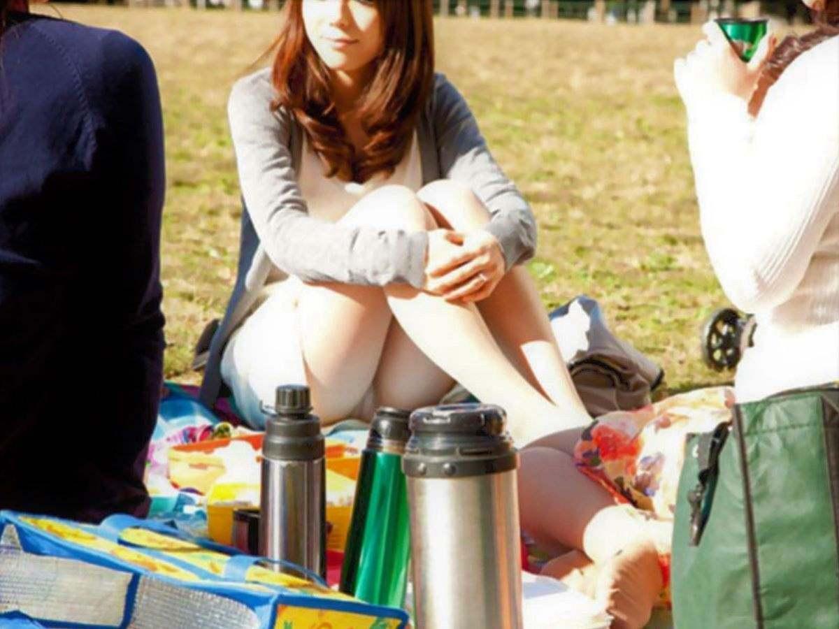 激カワ美女が三角座りでパンチラしてる!
