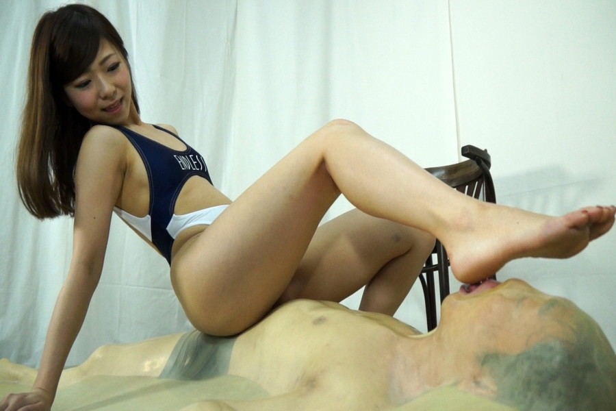 セクシーお姉さんが足の裏を男に舐めさせる!