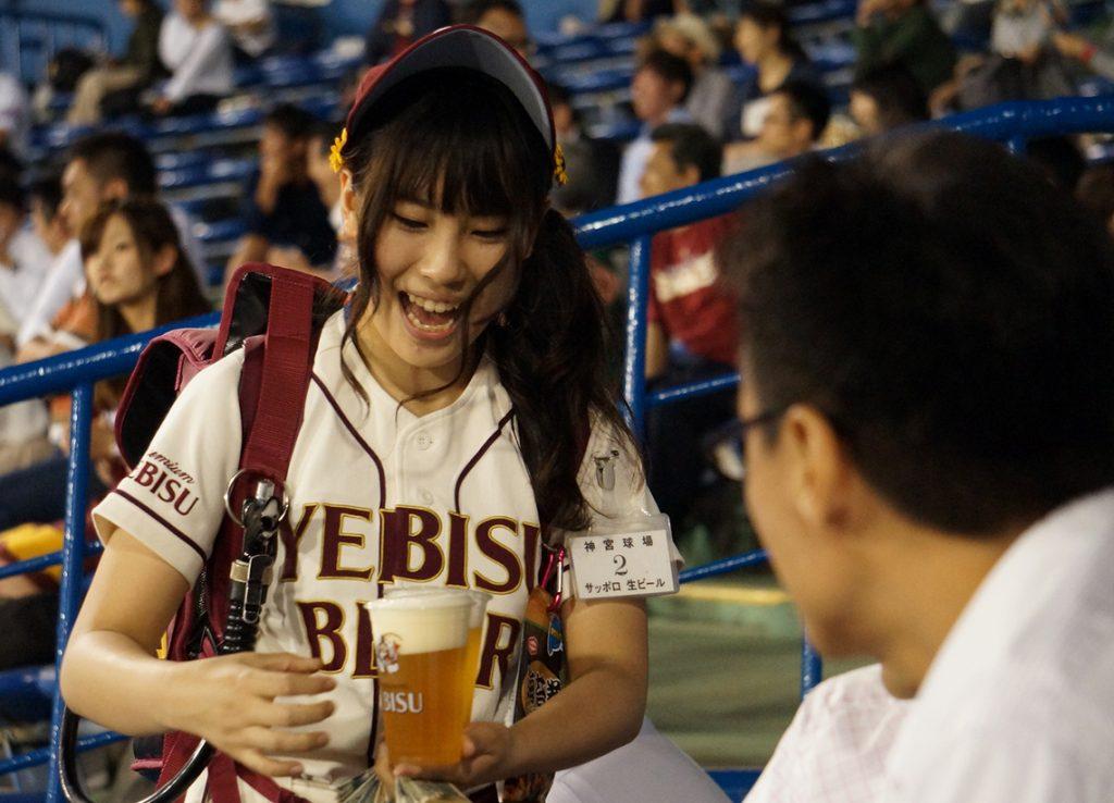 笑顔がステキなビール売り子に癒される!