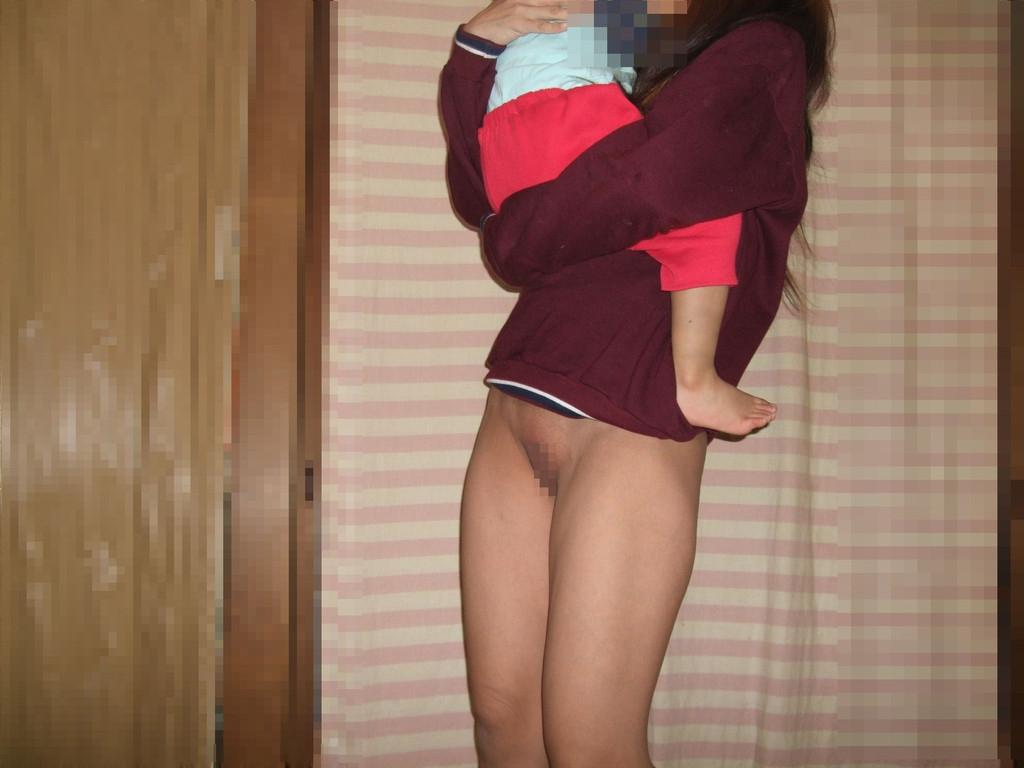 下半身裸で子供を抱っこしてる!