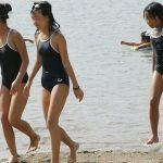 【JS盗撮エロ画像】海やプールでスクール水着姿のロリ少女を撮影…カラダの発育具合が丸分かり!