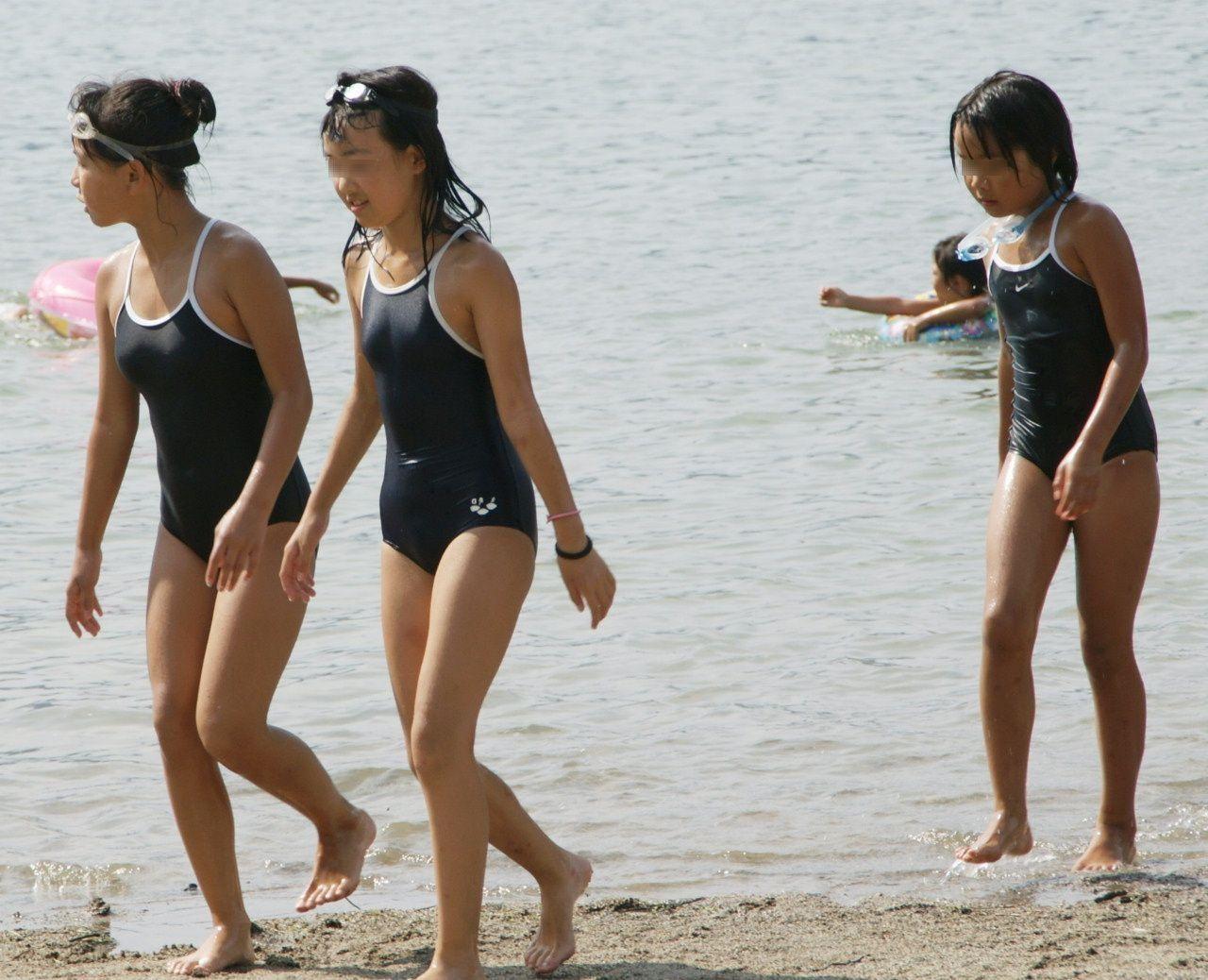 海でこんがり日焼けしてるスク水JSを盗撮!