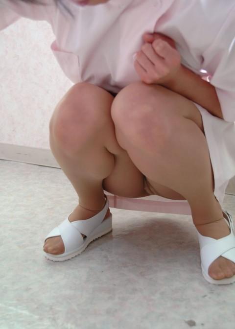 しゃがみ込んでる看護師の下着に釘付け!
