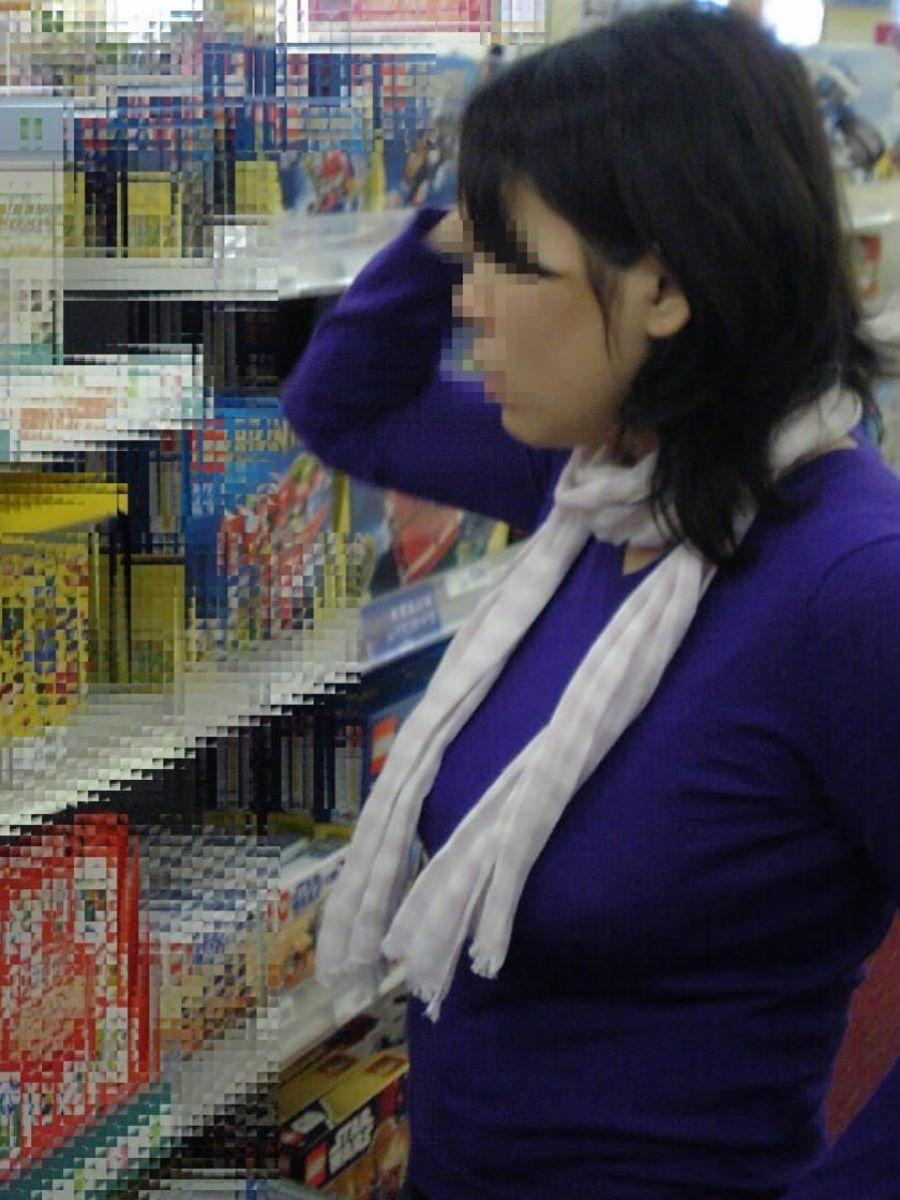 買い物中の巨乳ニット女性を隠し撮り!
