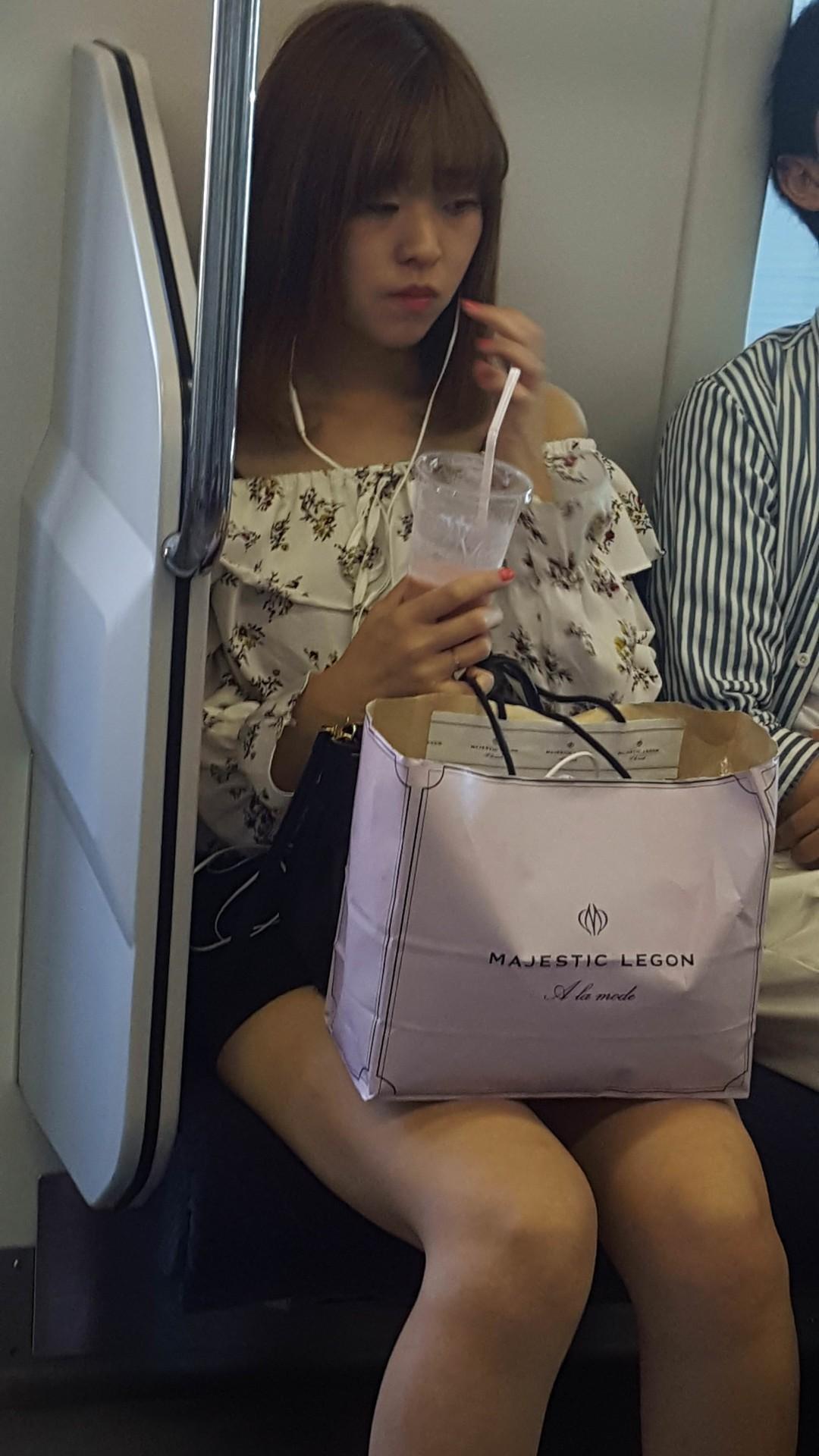電車の中で極上美脚の激カワお姉さんを盗撮!